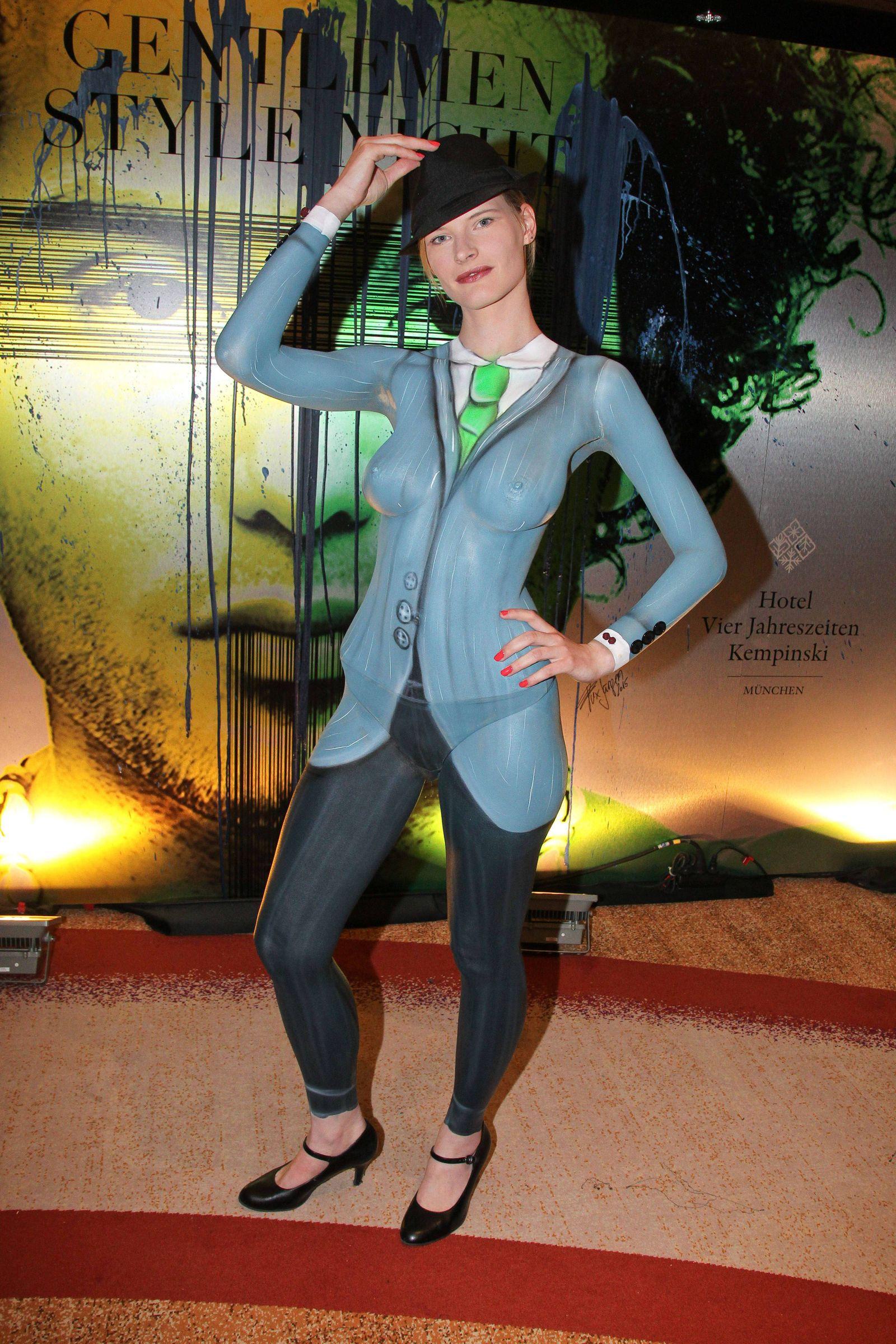EINMALIGE VERWENDUNG Nackte Hostess im Hotel / Körperkunst