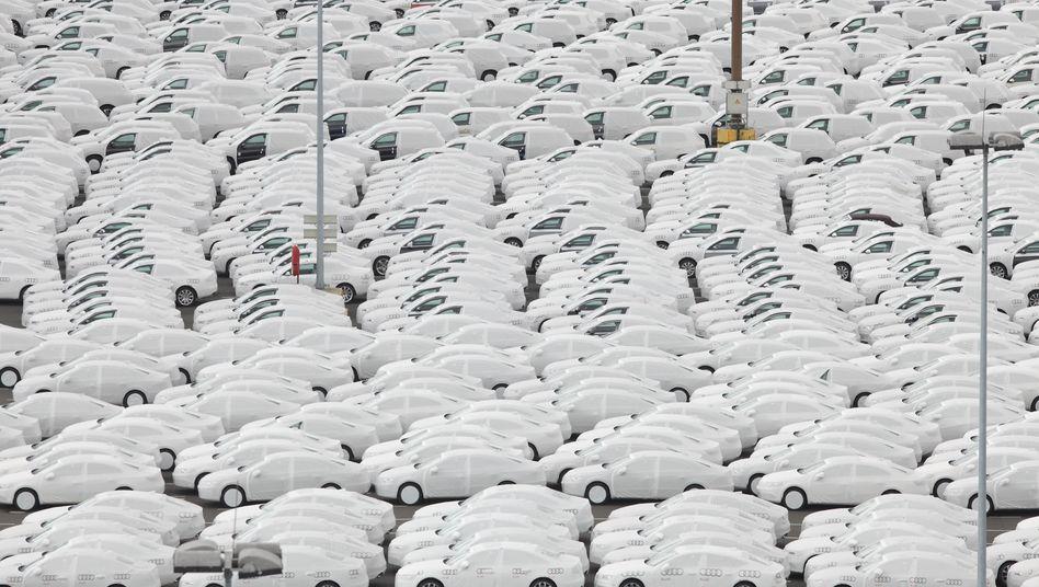 Käufer gesucht: Die deutschen Autobauer leiden unter Überkapazitäten und schwindender Nachfrage. Die Corona-Krise setzt sich zusätzlich unter Druck. Jetzt machen sich VW und BMW für eine weitere Kaufprämie stark.