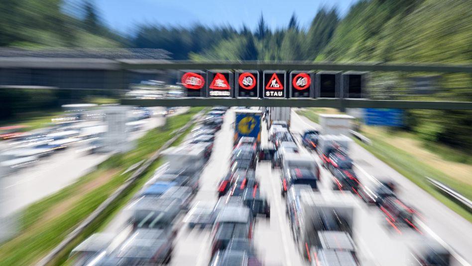 Verkehr auf der A8 in Bayern - Neuwagen haben im Schnitt aktuell satte 166 PS, zeigt eine Studie