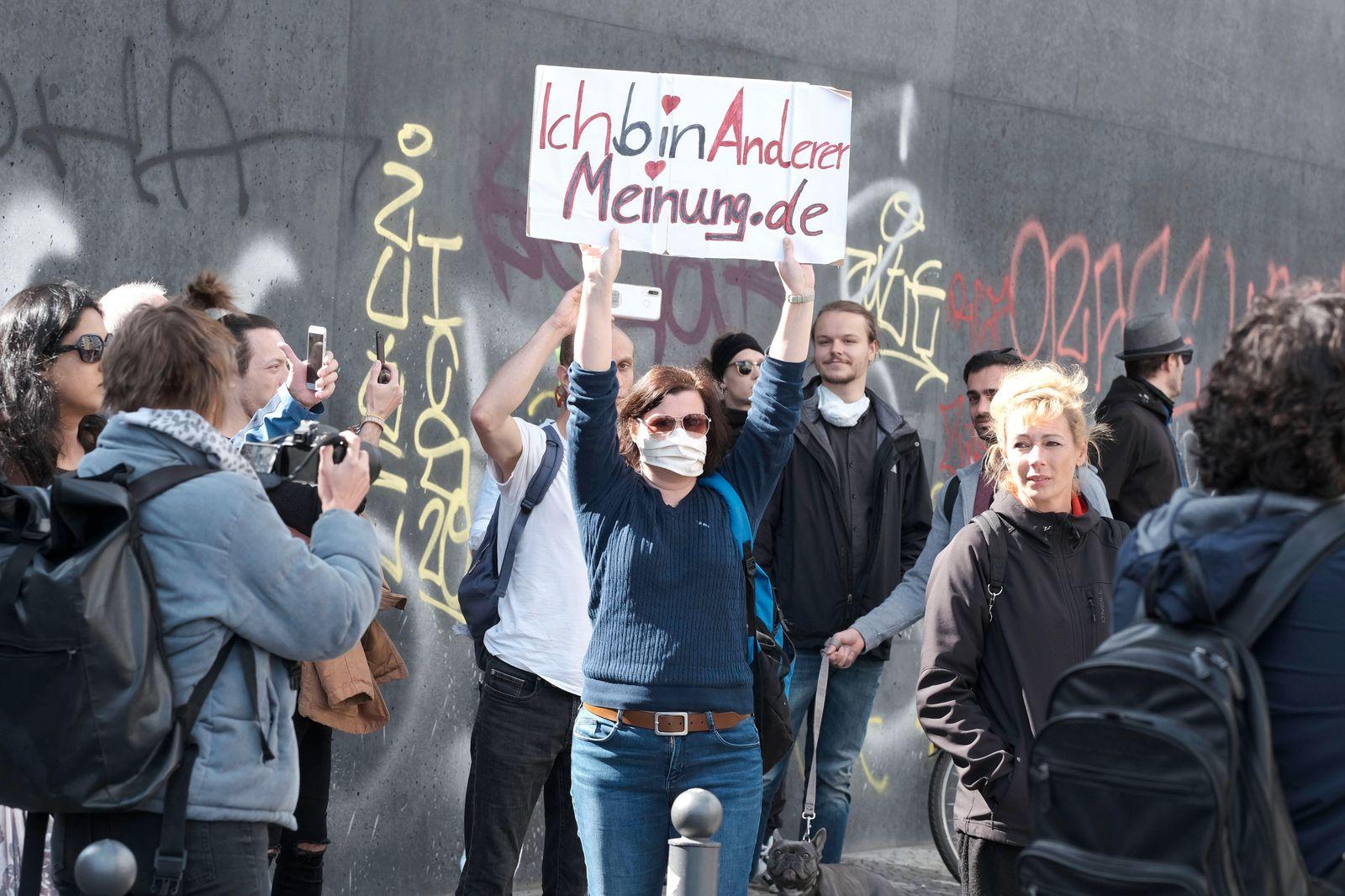 Prostest der Kommunikationsstelle Demokratischer Widerstand Berlin gegen die Einschränkung der Grundrechte durch Eindämm