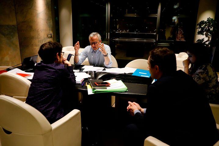Bond, kein Bond: Frankreichs Finanzminister Bruno Le Maire während eines Telefongesprächs mit Olaf Scholz (nicht im Bild).