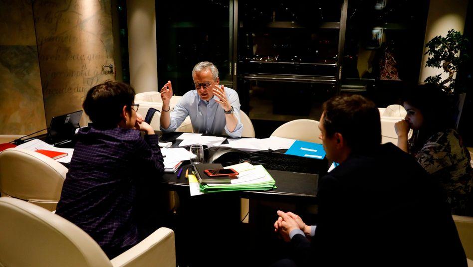 Frankreichs Finanzminister Bruno Le Maire telefoniert während einer Konferenzpause mit dem deutschen Kollegen Olaf Scholz