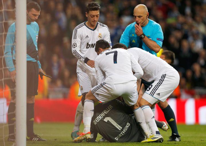 Spieler Real Madrids im Kampf mit BVB-Schlussmann Roman Weidenfeller: Trotz Geld zu wenig Tore