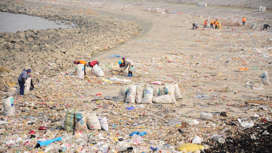 Müllsammler am Fluss Jangtse: China verbietet schrittweise Wegwerfartikel aus Plastik