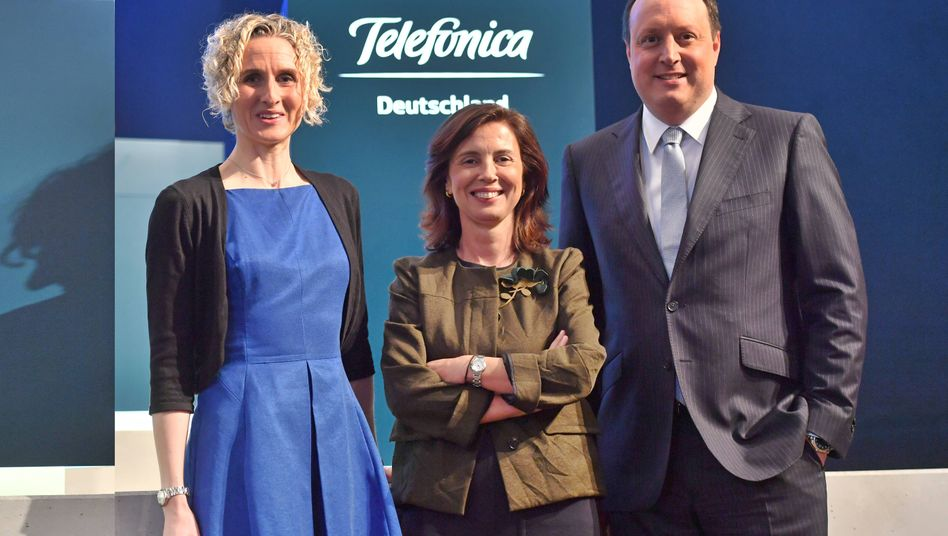 Hat das Weite gefunden: Rachel Empey, links, ist inzwischen Finanzchefin von Fresenius. Hier im Mai posiert sie noch mit Eva Castillo Sanz (Vorsitzende des Aufsichtsrats) und Telefonica-Deutschland-Chef Markus Haas.