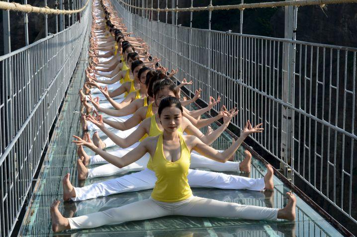 Immer schön flexibel bleiben, heißt es für diese chinesischen Yoga-Frauen - und für Unternehmen