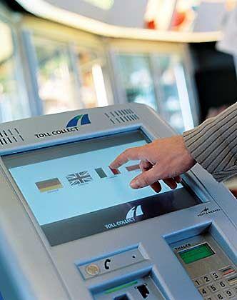 Mehr als 3.500 Mautstellen-Terminal sind bundesweit betriebsbereit: Maut-System wird frühestens Ostern 2004 funktionieren