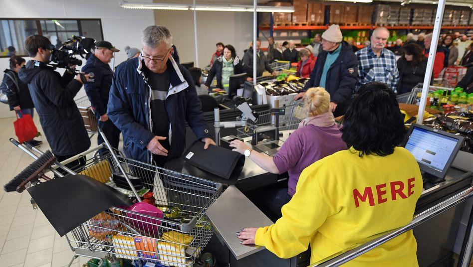 """Die ersten Kunden kaufen Discounter """"Mere"""" in Leipzig ein. Die aus Sibirien stammende Kette Torgservis will mit niedrigsten Preisen in Teilen Ost- und Norddeutschlands Aldi und Co Konkurrenz machen"""