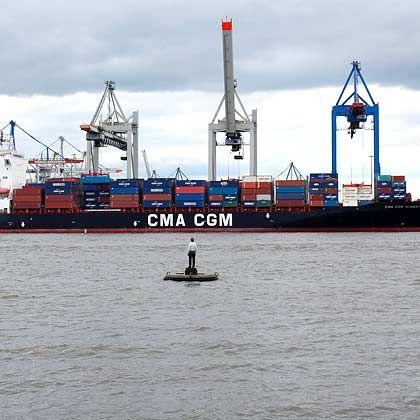 Einsamer Beobachter: Schiffsfonds-Anleger beobachten das Marktgeschehen mit Sorge