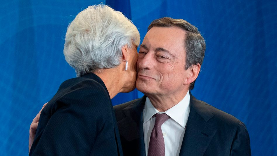 Mario Draghi (r.) genießt zur Verabschiedung in Frankfurt sichtlich die warmen Worte und Umarmungen - unter anderem von seiner Nachfolgerin Christine Lagarde