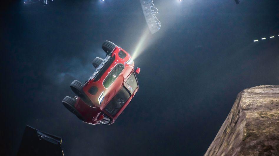 Turnaround?Dass Jaguar das Zeug zur Wende hat, zeigte ein Stuntman bei der Präsentation des E-Pace in London. Die Flugrolle – eine Hommage an 007.