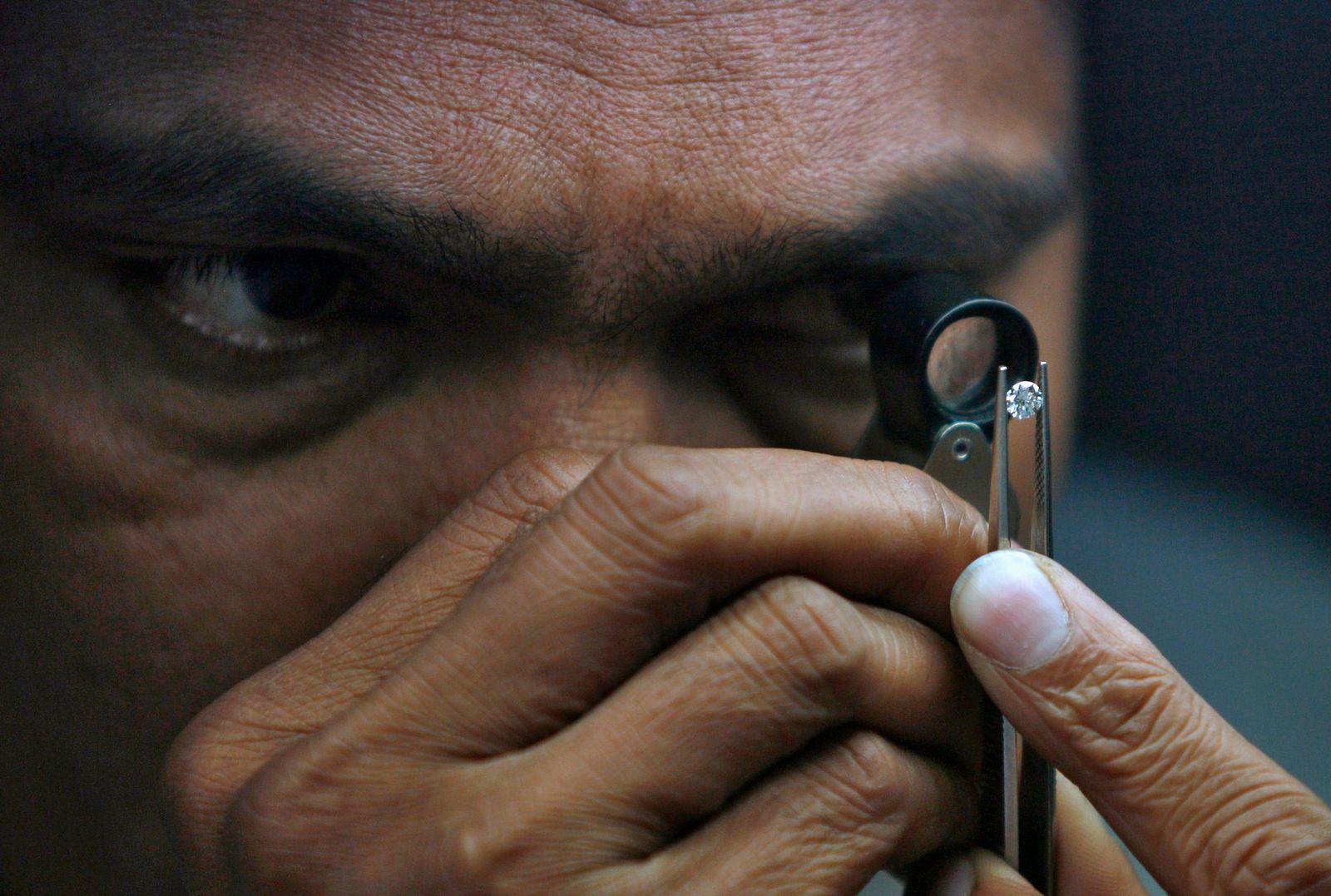 Indien; Diamantenhändler; Lupe