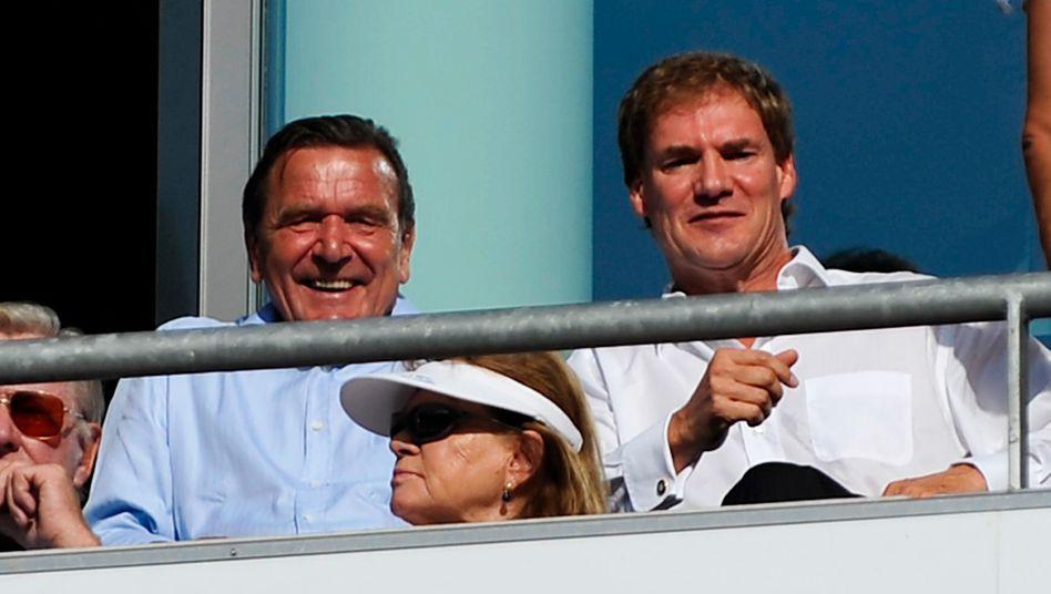 Läuft doch: Gerhard Schröder und Carsten Maschmeyer vor dem Anpfiff des Spiels Hannover 96 gegen Hertha BSC Berlin in Hannover am 21. August 2011.