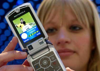 Model Christine und ihr Handy: Motorola-Stand auf der CeBit
