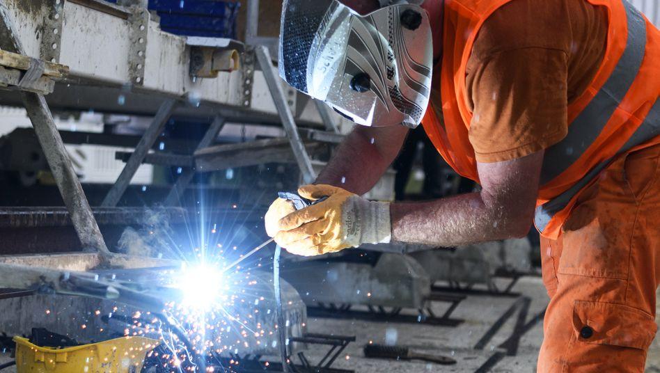 Schweißarbeit: Vor allem Maschinenbau, Metall- und Automobilindustrie setzen weiterhin auf verkürzte Arbeitswochen und Kurzarbeitergeld vom Staat