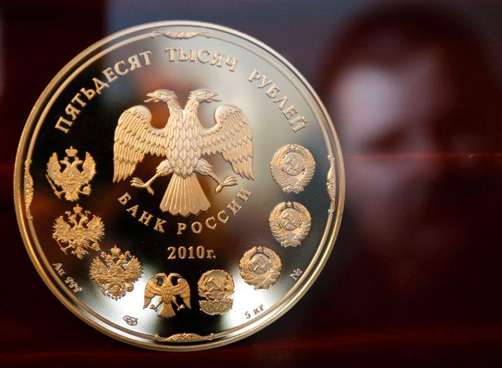 Goldene, fünf Kilo schwere Rubel-Münze: Russlands Währung hat zuletzt massiv an Wert verloren
