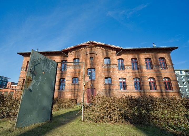 """Übernachten im DDR-Gefängniskrankenhaus: """"Das andere Haus VIII"""" macht Geschichte erlebbar."""