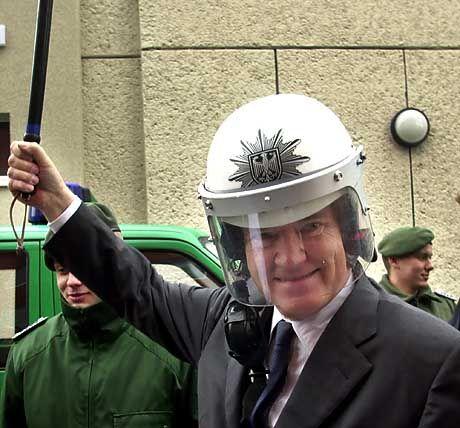 Mit der Gesetzeskeule gegen Web-Ganoven: Innenminsiter Otto Schily.