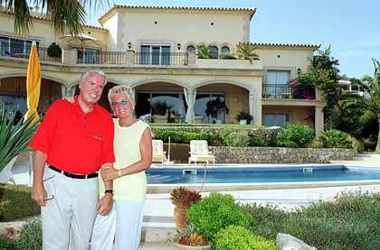 Meine Villa, mein Garten, mein Pool: Spediteur Klaus-Michael Kühne und Gattin Christine lassen es sich gut gehen in Port d'Andratx