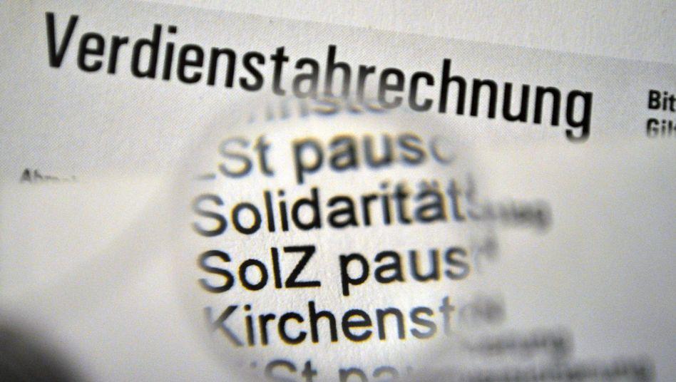 Ständiger Posten auf der Gehaltsabrechnung: Das niedersächsische Finanzgericht verwies die Klage eines leitenden Angestellten gegen den Soli im November 2009 zur Klärung an das Bundesverfassungsgericht in Karlsruhe