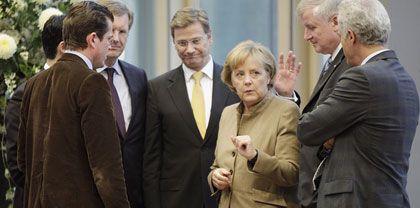 Schlechter Start: Kanzlerin Merkel, Vize Westerwelle (l.) und CSU-Chef Seehofer nach Koalitionsverhandlungen