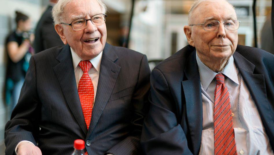 Warren Buffett (89) und sein 96-jähriger Kompagnon Charlie Munger (r.) sehen die Investmentfirma auch nach ihrem Abgang in guten Händen.