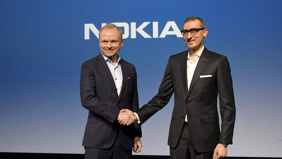 Pekka Lundmark (l) und der scheidende Nokia-Chef Rajeev Suri