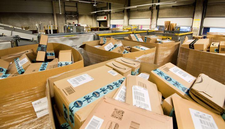 Amazon-Pakete in einem Paketzentrum von Deutscher Post und DHL.