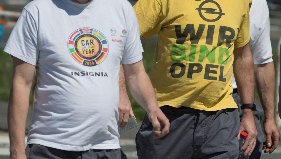 Opel-Mitarbeiter gehen zu einer vom Betriebsrat einberufenen Betriebsversammlung.