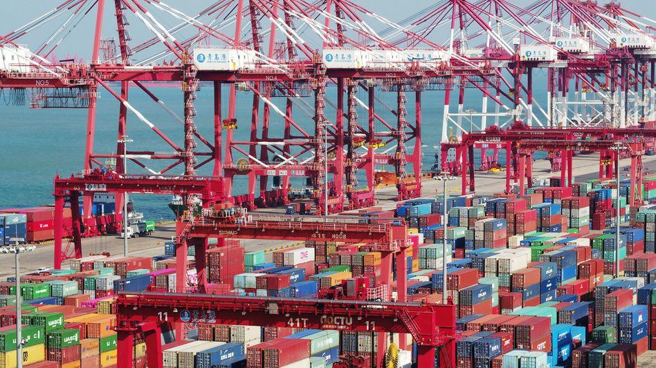 Container und Containerbrücken im chinesischen Qingdao