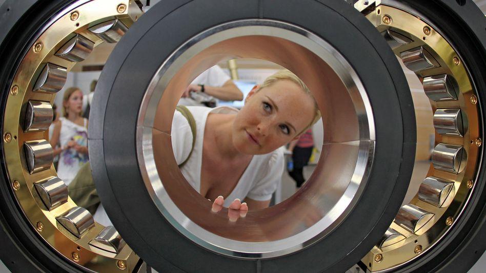 Prüfender Blick: D er Auto- und Industriezulieferer Schaeffler (im Bild ein geteiltes Zylinderrollenlager) blickt selbst skeptisch in die Zukunft