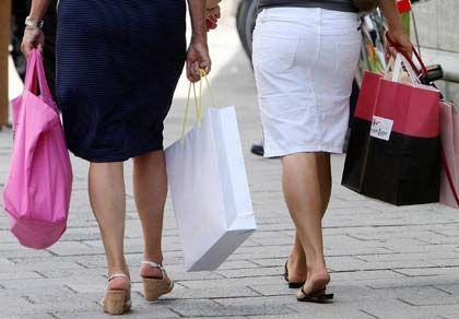 Shoppen oder Sparen? Das Gefühl des Konsumverzichts lässt sich beim Sparen durch aus in den Griff kriegen