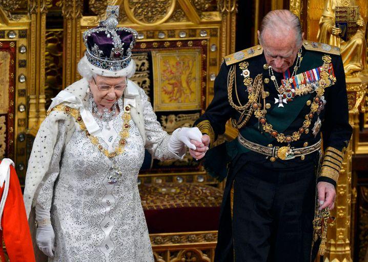 Queen Elizabeth und Gemahl Philip in vollem Ornat