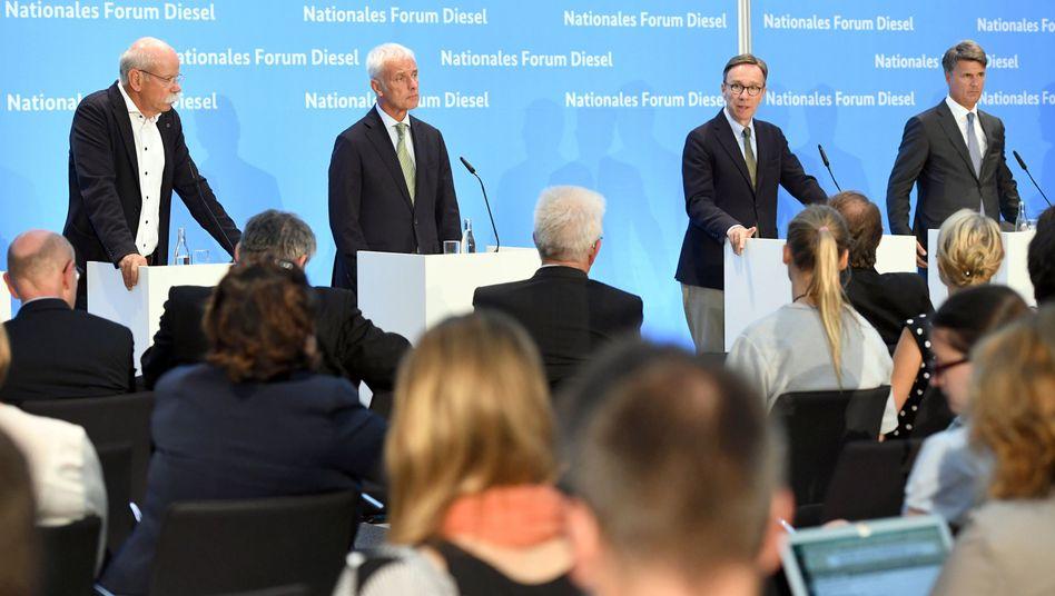 Alles andere als ein Glanztag: Deutschlands führende Autobosse und VDA-Präsident Matthias Wissmann (2. v. rechts) müssen beim Diesel-Gipfel Anfang August Rede und Antwort stehen