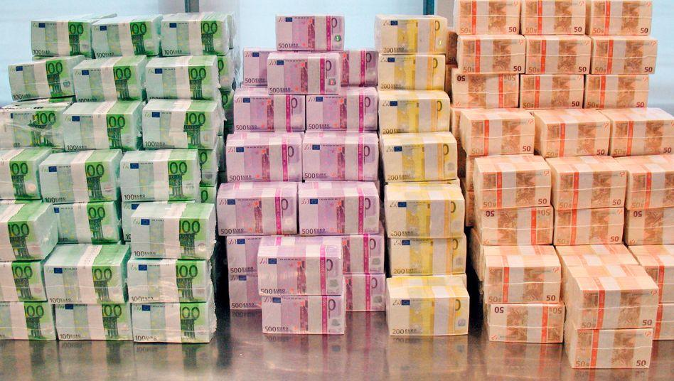 Stapel mit Euro-Scheinen in der Bundesbank: Das Parlament soll nun der Milliarden-Kreditlinie an den IWF zustimmen