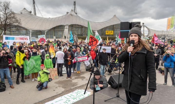 Klimaschutzaktivistin Luisa Neubauer vor der Olympiahalle während der Siemens-Hauptversammlung
