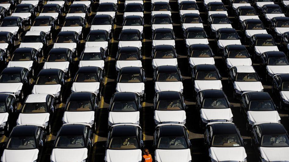 """Bremerhaven: Limousinen der Marke """"Mercedes"""" für den Export nach China"""