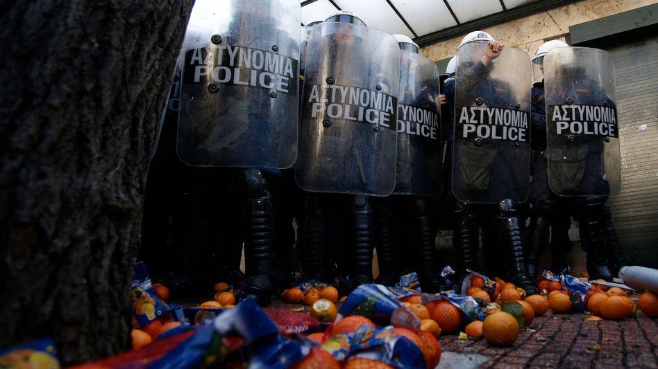 Orangen gegen die Staatsmacht: Bauernprotest vor dem Parlament