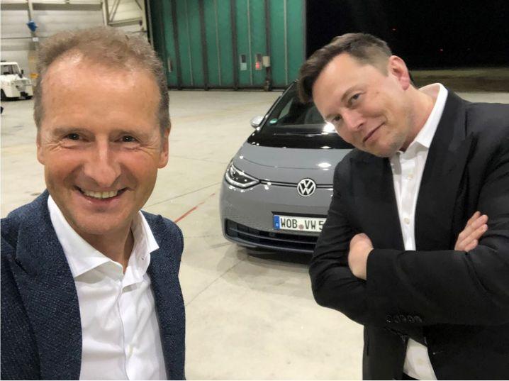 Kurzdate der Autochefs: Herbert Diess und Elon Musk in einem Hangar des Braunschweiger Flughafens