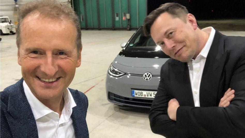 VW-Chef Diess, Tesla-Chef Elon Musk (im September in Braunschweig): Musk hat viele Sorgen weniger