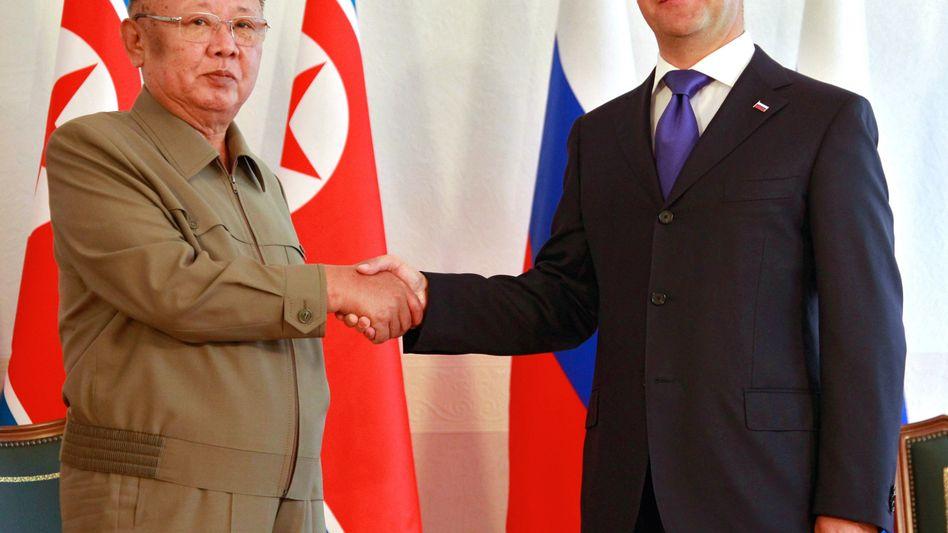 Staatsbesuch im Panzerzug: Nordkoreas Diktator Kim Jong Il (li.) beim Händeschütteln mit Russlands Präsident Dmitri Medwedew (re.) im sibirischen Ulan-Ude