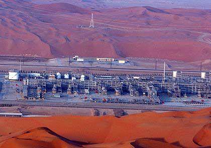 Ölproduktion in der Wüste Saudi-Arabiens: Gedrosseltes Tempo, horrender Preis