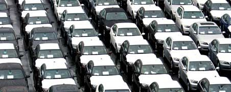 Warten auf den Abtransport: In der Wirtschaftskrise setzen die stark gefallenen Exporte vor allem der Autoindustrie zu. Der Wert ihrer Ausfuhren fiel in den ersten vier Monaten dieses Jahres um mehr als 40 Prozent.