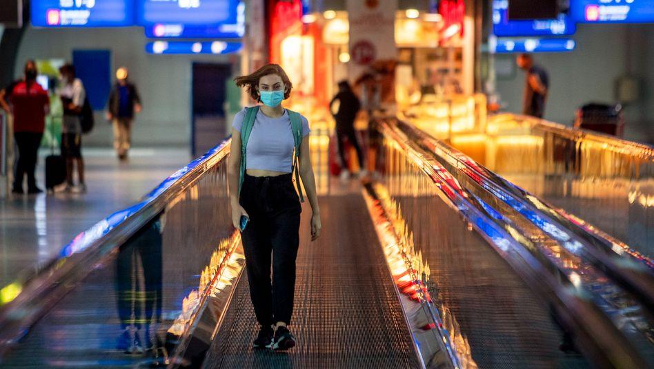Passagierin am Frankfurter Flughafen am 8. August