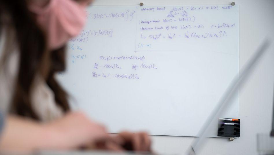 Keine einfache Formel: Forscherin im Artificial Research Building der Universität Tübingen