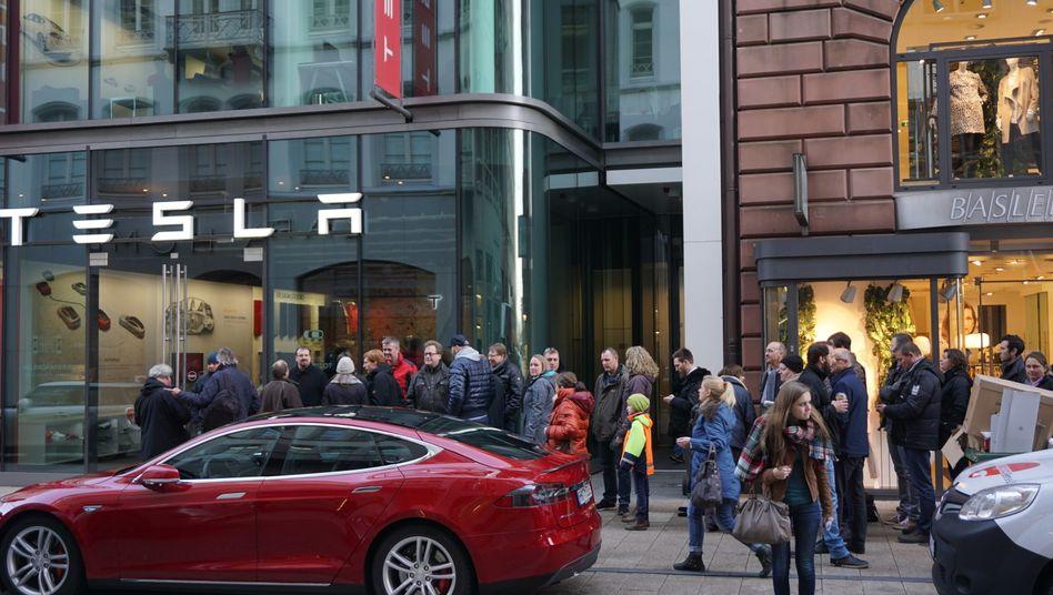 Verkaufsstart für das Model 3 in Hamburg: Über das Auto ist noch so gut wie nichts bekannt