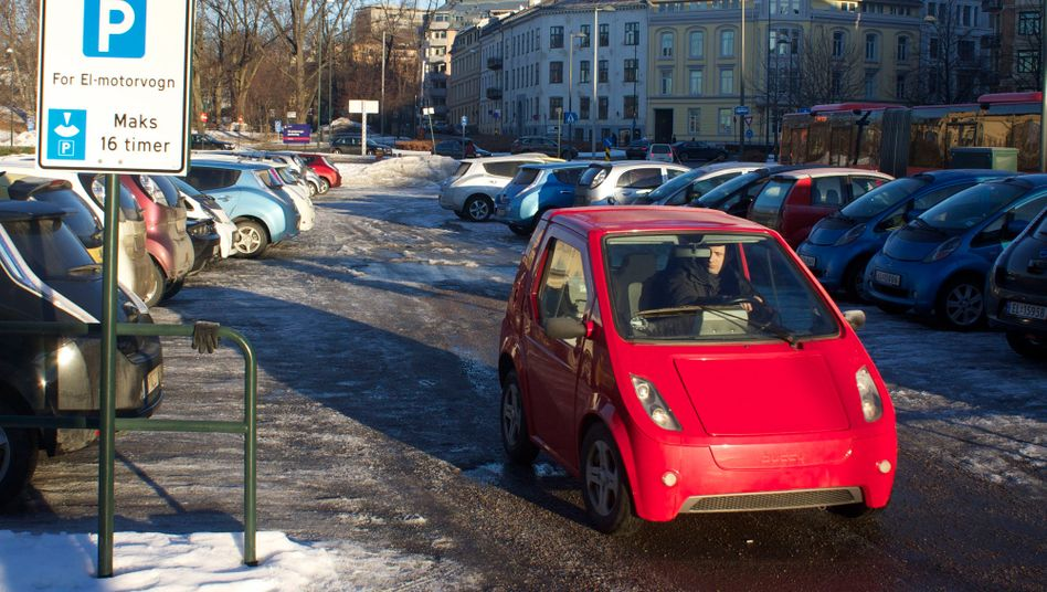 Parkplatz für E-Autos in Norwegen