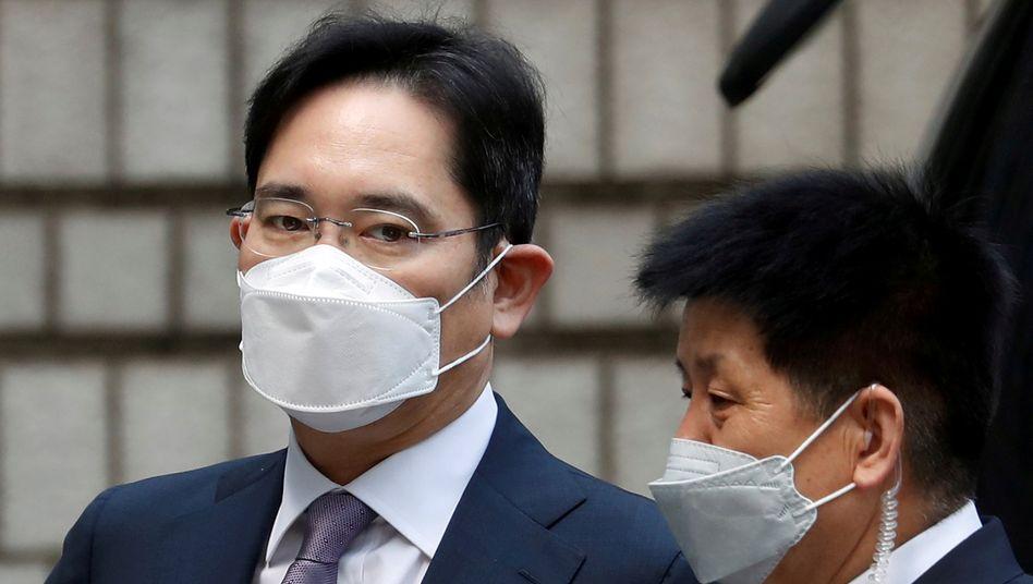 Erbe ohne Freiheit: Lee Kun Hees Sohn Lee Jae Yong (l.) gilt als De-facto-Chef des Samsung-Imperiums, sitzt aber zurzeit wegen Korruption im Gefängnis