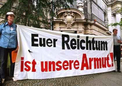 """""""Euer Reichtum ist unsere Armut!"""": Demonstranten mit Transparent vor dem Landgericht in Berlin"""