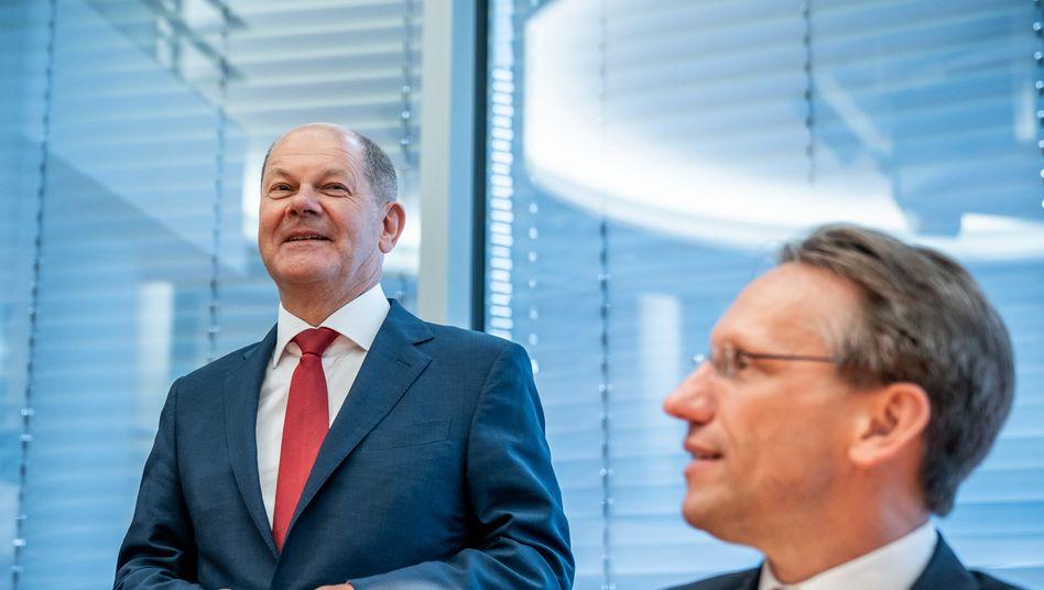 Minister Scholz (l.) mit Staatssekretär Kukies